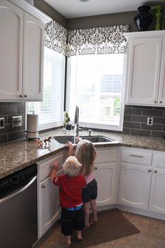 New kitchen corner window layout ideas Kitchen Sink Window, Kitchen Sink Design, Kitchen Corner, Kitchen Curtains, New Kitchen, Kitchen Decor, Kitchen Windows, Kitchen Sinks, Window Curtains