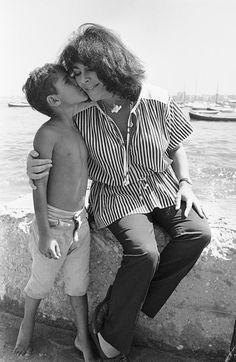 طفل مصري بيبوس اليزبيث تايلور في زيارتها لنادي اليخت في الأسكندرية 18 سبتمبر 1979- تصوير بيل فولي
