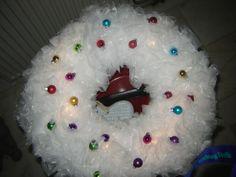Een krans van plastic boterhamzakjes met led lichtjes en kleine kerstballetjes  Erg leuk om samen met kinderen te doen