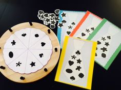 thema vaderdag: spel met 4 kleuters: draaien en juiste vorm nemen om op jou das te leggen, wie heeft het snelst zijn das vol?