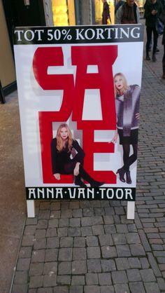 Sprekend bord. De boodschap is duidelijk door de grote rode letters. Ook nog leuk om naar te kijken door de modellen die er op staan.