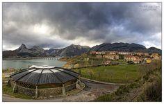 Vista del pueblo de Riaño by Luz Rguez, via Flickr
