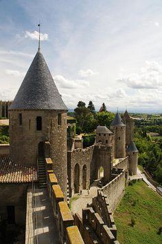 Carcassonne, une ancienne ville fortifiée dans la province du Languedoc.