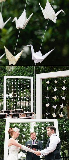 Origami na decoração de casamento - Tsurus. Um charme para quem quer casar no fim de tarde ao ar livre.