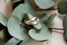 Eheringe, Trauringe aus Weißgold mit passendem Verlobungsring in Gold mit…