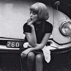 Renowned French actress Jeanne Moreau smoking in front of a Citroën Jeanne Moreau, People Smoking, Smoking Ladies, Girl Smoking, Citroen Ds, Francois Truffaut, Diahann Carroll, Concours Photo, Anna Karina