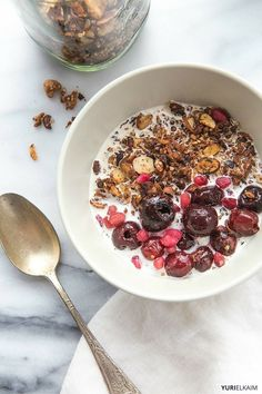 Paleo Granola Cereal - Packed with protein, grain free, and loaded with fiber, this homemade granola cereal makes for a great snack or morning meal. Chocolate Chia Seed Pudding, Chocolate Protein Powder, Healthy Cereal, Healthy Snacks, Healthy Recipes, Healthy Breakfasts, Easy Recipes, Brain Boosting Foods, Granola Cereal