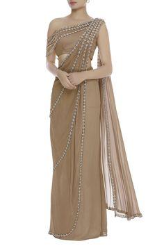 Buy One Shoulder Blouse With Pre-Draped Saree by Reeti Arneja at Aza Fashions Trendy Sarees, Stylish Sarees, Fancy Sarees, Blouse Patterns, Saree Blouse Designs, Saree Designs Party Wear, Drape Sarees, Drape Gowns, Saree Jackets