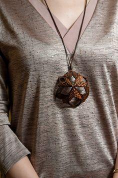 Kokosnuss, Hand geschnitzte Anhnger Shades of Kokosnuss Biene Geschenk fr sie, Frauen, Eco, Holz, Natur, handgefertigten SchmuckGeschenk, zweiTonAnhng von Etsy - ArtNutJewelry