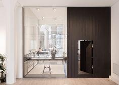 Voici le nouveau showroom et les bureaux londoniens de la marque horlogère Uniform Wares conçus par Feilden Fowles. L'espace offre aux visiteurs un aperçu sur le processus de l'horlogerie.  La capacité à développer et prototyper les montres en interne reste au centre de l'approche de conception rigoureuse et artisanale de la marque. Une fenêtre de pleine hauteur dans le showroom donne vue dans la salle des essais. L'atelier de prototypage est placé de manière osée au centre du plan...