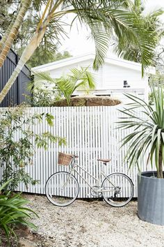 7 Ultimate Tricks: Partial Privacy Fence wooden fence over chain link.Modern Fence Gate wooden fence over chain link.Wooden Fence Over Chain Link. Backyard Fences, Garden Fencing, Fence Landscaping, Outdoor Fencing, Pool Fence, Byron Beach, Lattice Fence, White Fence, White Garden Fence