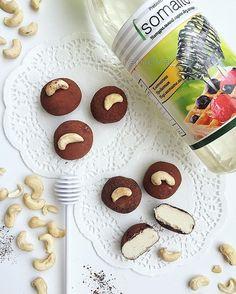 Доброе утро, страна! 🙌🏻☀️ Наконец-то приготовила протеиновые шарики с клетчаткой @isomalto ! Очень удобный продукт в качестве подсластителя или добавки для приготовления батончиков и различной выпечки. Заказываю уже несколько раз. На сайте можно также приобрести кокосовую, арахисовую муку и многое другое! Обязательно загляните к ним 👉🏻 @isomalto Такие продукты сложно найти в обычном магазине. Доставка очень быстрая:) А вот такие шарики очень напоминают протеиновые батончики Квестбар…