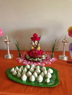 So simple nd sweet Flower Decoration For Ganpati, Ganpati Decoration Design, Arti Thali Decoration, Mandir Decoration, Ganapati Decoration, Flower Decorations, Diwali Decorations At Home, Festival Decorations, Ganesh Pooja