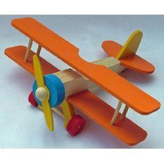 Apenas R$99,90. Desenvolva a Imaginação e a Criatividade com o Avião Bi-Plano em madeira maciça pinus pintado em 4 cores e com hélice móvel. Com ótimo acabamento é também uma peça decorativa. A brincadeira de Faz de Conta fica mais divertida e ainda desenvolve a coordenação psicomotora. Obs: Produto artesanal sujeito a pequenas variações de cores e tamanhos