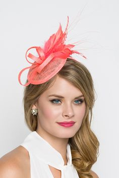 This season, sophisticated fascinators stole the show on the runways. Fascinators can be a little intimidating. But this cute little fascinator will help you overcome that fear. It perfectly lands the