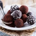 Dattel-Pralinen selber machen – so geht's Healthy snacking: Our recipe for date chocolates consists of sweet dates that are finely pureed and refined with sugar-free cocoa. Chocolate Morsels, Chocolate Treats, Dessert Chocolate, Oreo Truffles, Chocolate Truffles, Brigadeiro Chocolate, Café Low Carb, Cheesecake Au Café, Vegan Desserts