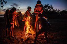 As crianças passam o dia brincando nas águas do Lago Ipavu, diante da aldeia