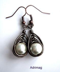 Boucles d'oreille avec une perle blanche nacrée en verre tressées avec le fil marron