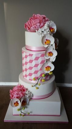 Pink/White Wedding cake with sugar flowers - Cake by Liselotte (Taartje van Lot)