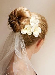 coiffure mariage 2015: chignon donut avec voile et fleurs