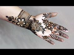 Simple Mehendi designs to kick start the ceremonial fun. If complex & elaborate henna patterns are a bit too much for you, then check out these simple Mehendi designs. Henna Hand Designs, Dulhan Mehndi Designs, Mehandi Designs, Mehndi Designs Finger, Modern Henna Designs, Palm Mehndi Design, Stylish Mehndi Designs, Mehndi Designs For Beginners, Mehndi Designs For Girls