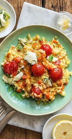Step by Step Rezept: Mediterranes Tomatenrisotto mit Zitrone, mariniertem Basilikum-Mozzarella und H Lemon Recipes, Cheese Recipes, Cooking Box, Hello Fresh Recipes, Vegetarian Recipes, Healthy Recipes, Kitchen Dishes, Fresco, Curry