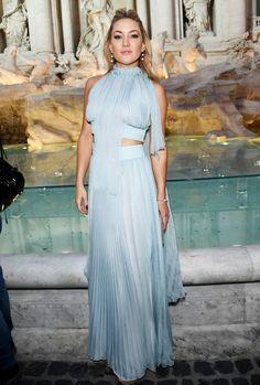 Kate Hudson, en el desfile de Fendi en la Fontana di Trevi, con un vestido azul plisado de Fendi.