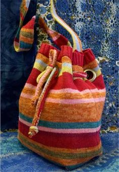 Upcycle a sweater into a great tote! Old Sweater Crafts, Pullover Upcycling, Diy Kleidung, Recycled Sweaters, Sweater Refashion, Recycled Fashion, Recycled Clothing, Sewing Class, Diy Clothes