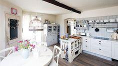 Kuchyňská sestava má korpus z IKEA, ale jsou vyměněná dvířka, nový je i ostrůvek.