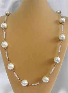 The rate of a pearl necklace depends on the quality of its pearls. Saltwater pearls are generally more expensive than freshwater ones, which are cultured. Pearl Necklace Vintage, Vintage Pearls, Pearl Jewelry, Beaded Jewelry, Jewelry Necklaces, Fine Jewelry, Handmade Jewelry, Jewelry Making, Jewellery