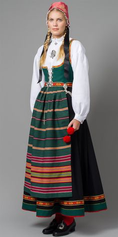 Bilde av Vestfold Husflidslags kvinnebunad - 1956-modell grønn/sort Traditional Fashion, Traditional Dresses, Ethnic Fashion, European Fashion, Norwegian Clothing, Folklore, Frozen Costume, Daily Dress, Folk Costume