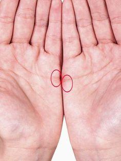 Bei manchen Menschen berühren sich die Herzlinien, wenn sie ihre Hände nebeneinander halten. Was bedeutet das nach der Handlese-Kunst? Und