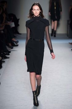 See the complete Roland Mouret Fall 2015 Ready-to-Wear collection.