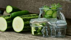 Zucchini is one of the very delicious vegetables & When it comes to storing vegetables, a common question that comes to our mind is how long does zucchini last? Low Sugar Smoothies, Zero Calorie Foods, Valeur Nutritive, Most Nutritious Foods, Eating Raw, Healthy Soup, Herbal Remedies, Natural Remedies, Superfoods
