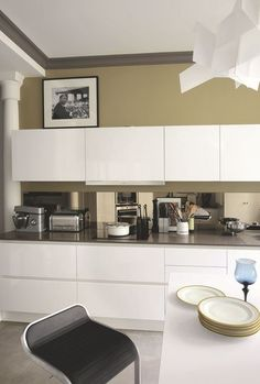 Des meubles blanc épuré dans la cuisine. Plus de photos sur Côté Maison http://petitlien.fr/836g
