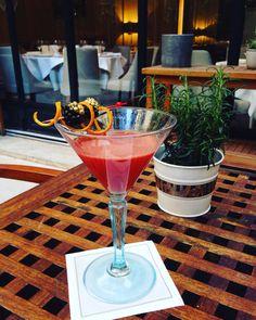 """""""Estrella"""" notre cocktail de la semaine.  Un short drink relevé mais envoûtant : #gingembre, #nectar de #fruitsrouges, #benedictine et #cognac.  A strong but bewitching short drink with #ginger, #redfruits #nectar, #benedictine and #cognac.  #lescocktailsdumardisoir #hotellancaster #drinks #mixology"""