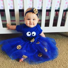 Looking for an adorable Halloween costume for your baby girl. Check out this Easy DIY Cookie Monster outfit that is sure to please. halloween costumes DIY Cookie Monster costume baby & toddler {no sewing required Baby Girl Halloween Costumes, Hallowen Costume, Halloween Kids, Diy Baby Costumes For Girls, Toddler Girl Halloween Costumes, Halloween Costume 1 Year Old, Costume Ideas, Diy Toddler Costume, Homemade Baby Costumes