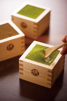 Among the many sweets that represent Kyoto, sweets with matcha green tea flavors are by far the most popular. Creative items are being introduced all the time, such as parfaits and cakes by established tea stores that Kyoto is famous for, creamy tiramisu Japanese Sweets, Japanese Food, Kyoto, Green Tea Dessert, Stop Drinking Alcohol, Matcha Green Tea, Latte Art, Organic Recipes, Gastronomia