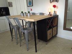 J'ai emménagé récemment dans un petit appartement et je cherchais une petite table pour manger. Malheureusement impossible de trouver mon bonheur même dans le rayon cuisine IKEA. J'ai donc décidé de faire d'une pierre 2 coups en créant moi-même un îlot de cuisine qui me servirait aussi de table pour manger. Le tout pour moins de 160 € ! Voici donc mon hack (Bidouille) ! Produits IKEA nécessaires : Étagère IKEA KALLAX 2 x 2 Pieds cuisine IKEA CAPITAacier inoxydable  Plateau table…