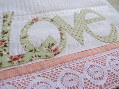Toalha de mão de excelente qualidade barrado em tecido 100% algodão com bordado em patch aplique LOVE. Sob encomenda consulte estampas e cores no ato do pedido.