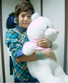 *dies* He is so sweet. Want to cuddle him like he cuddle the teddy bear