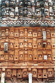 Kabah (Zona Puuc, Yucatán, México). Edificio llamado 'Codz Poop' o Palacio de las Máscaras. Vista parcial de la fachada, con máscaras superpuestas del dios de la lluvia Chac