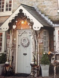 Twelve Christmas Front Doors over on Modern Country Style! Click through for details. Front Door Christmas Decorations, Christmas Front Doors, Front Door Decor, Country Front Door, Christmas Garden, Christmas Home, Cottage Christmas, Outdoor Christmas, Christmas Ideas