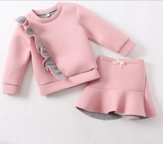 Se le puede adhere un ruffle a un sweatshirt Baby Girl Fashion, Kids Fashion, African Dresses For Kids, Little Girl Dresses, Baby Sewing, My Baby Girl, Kids Wear, Baby Dress, Doll Clothes