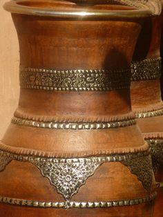 Berbergefaß mit Olivenmaische gefärbt u mit Metall beschlagen.
