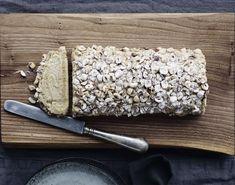 Lækker roulade med kaffeflødecreme og grofthakkede hasselnødder, som med fordel kan serveres til kaffen eller som dessert.