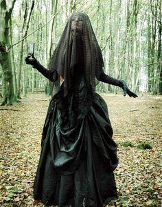 Viuda negra: | 22 Disfraces fáciles para los que siempre se visten de negro