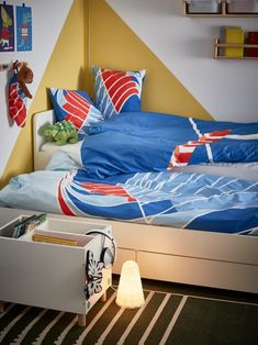 Inspiración dormitorios juveniles Ikea - Nuevo catálogo 2021 - FOTOS Boys Loft Beds, Kid Beds, Bed Frame With Storage, Under Bed Storage, Childrens Bed Linen, Pull Out Bed, Ikea Home, Bed Slats, Affordable Furniture