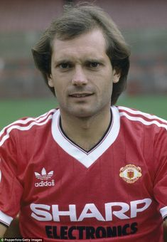 Ray Wilkins of Manchester United at Old Trafford Manchester in August 1982 Football Man Utd, Pure Football, Football Fans, Football Players, Man Utd Squad, Man Utd Fc, Old Trafford, Leyton Orient Fc, Ray Wilkins