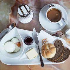 Seit 15. Mai 2020 dürfen wir wieder ..... ☕ 🥐 ️Frühstücken beim Wienerroither, ma guat! 😋  Endlich mal lange ausschlafen und gechillt in den Tag starten. Nach all dieser Zeit zu Hause ist Frühstücken im Café doch ein wahrer Genuss! Wir freuen uns auf Dich!  Der #Bäckermeister vom Wörthersee 🥨  . #wienerroither #maguat #bäckerei #brot #Gebäck #handgemacht #bäcker #geschmack #genuss #backen #backstube, #backhandwerk, #bake, #bakery, #withlove #kärnten #austria 🇦🇹